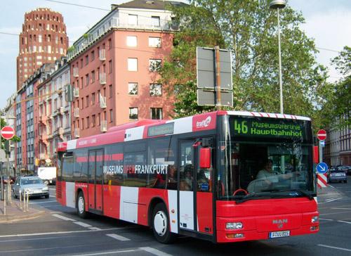 MAN-Niederflurbus in rot mit weissen Diagonalsteifen (Museumsuferbeklebung)