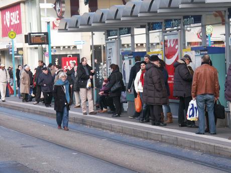 wartende Fahrgäste an der Bushaltestelle Konstablerwache mi