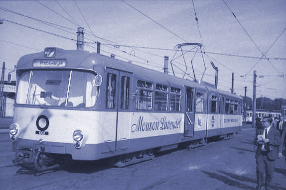"""Prototyp-Stadtbahnwagen 1002 in blau/weisser-Lackierung und mit """"Mouson Lavendel""""-Reklame steht 1967 in Heddernheim, im Hintergrund ist eine Straßenbahn aus der Vorkriegszeit zu sehen (Foto: Günter H. Köhler/Sammlung VDVA)"""