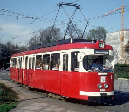 Sechsachsiger Gelenktriebwagen in rot-weisser-Lackierung, vorbereitet für eine Ganzreklame für Möbel Walther