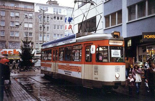 Straßenbahnwagen als Gepäckaufbewahrungsstelle am 21.12.1991 in der Offenbacher Innenstadt (Foto: S.Kyrieleis)
