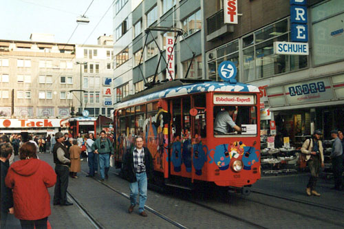 Zwei Wagen des Ebbelwei-Express am 10.04.1996 in der Offenbacher Innenstadt (Foto: S.Kyrieleis)