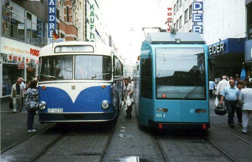 Offenbacher Museums-O-Bus und Niederflur-Straßenbahn am letzten Betriebstag des Offenbacher Streckenabschnitts der Linie 16 am 1.6.1996 (Foto: S.Kyrieleis)