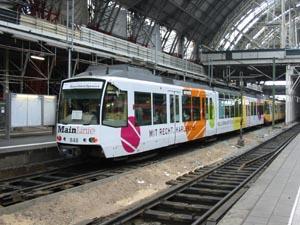 Die für die Mainlinie aus Karlsruhe geliehene Zweisystem-Stadtbahngarnitur machte am 31.10.2004 während einer Sonderfahrt Halt im Frankfurter Hauptbahnhof (Foto: Till Schäfer)