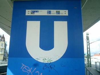 Hinweisschilder an der Station Heddernheim in kleiner Schrift