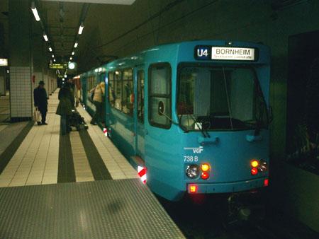 Auch in Tunnelstationen ist der Typ Ptb in Frankfurt zuhause (hier am 31.03.2006 an der Station Bockenheimer Warte. Foto: S.Kyrieleis)