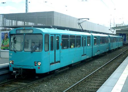 Zug aus zwei Wagen des Typ U2 in der aktuellen türkisblauen Lackierung (Foto: S.Kyrieleis)