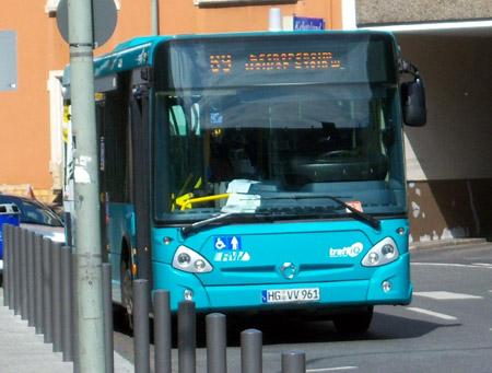Frontansicht Midibus mit Zielschild 69 Eschersheim Weisser Stein