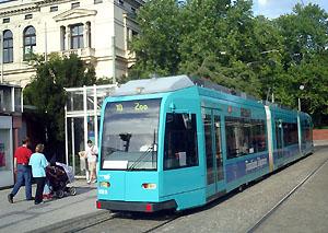 R-Wagen am Zoo mit Zoo-gesellschaftshaus im Hintergrund (9.08.2006: Foto: S.Kyrieleis)