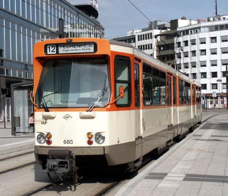 Am 20.09.2006 ist Pt-Wagen 685 auf der Linie 12 unterwegs, hier am Willy-Brandt-Platz (Foto: S.Kyrieleis)