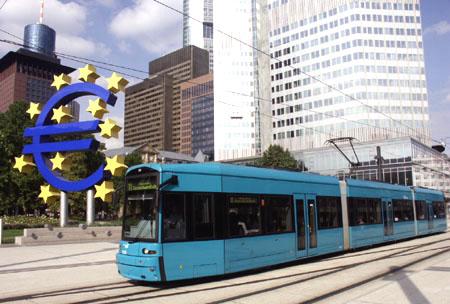Niederfluwagen des Typ S am Willy-Brandt-Platz mit Euro-Wahrzeichen und Hochhäusern im Hintergrund, Foto: S.Kyrieleis)