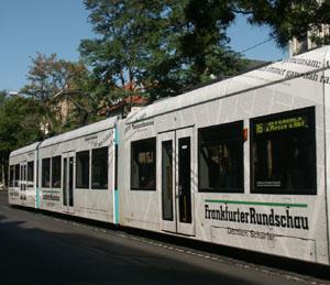 """Es geht auch ohne Beklebung der Fensterflächen: Niederflurbahn mit Werbebeklebung """"Frankfurter Rundschau - Deutlich schärfer"""" unter Auslassung aller Fensterflächen."""