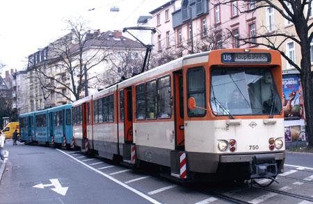Garnitur aus zwei Wagen des Typs U5 steht an der Glauburgstraße