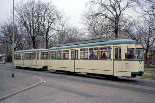 Vierachsiger Großraum-Straßenbahnwagen des Typs L in elfenbeinfarbiger Lackierung