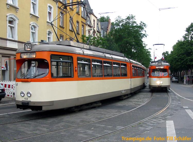 Zwei historische Straßenbahnzüge stehen nebeneinander in der Schleife Prüfling