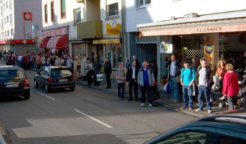 Entlang des Bürgersteigs auf Taxen wartende Fahrgäste am Dornbusch