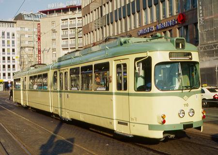 Zweirichtungs-Straßenbahn des Typs O in elfenbeinfarbener Lackierung an der Südseite des Hauptbahnhofs