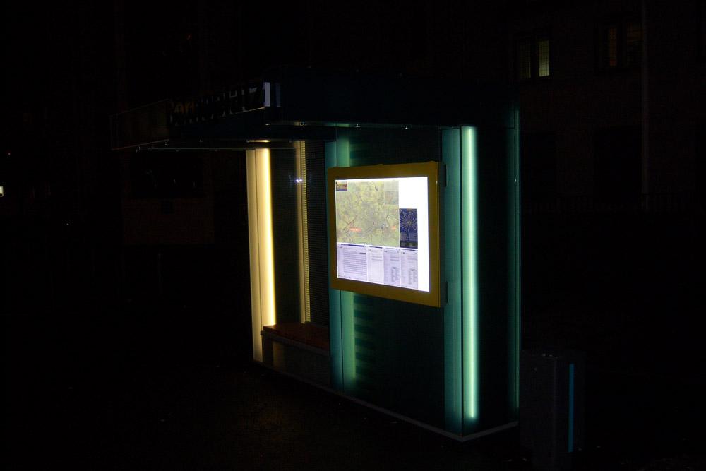 Neue Wartehalle bei Nacht mit senkrechten Lichtbändern