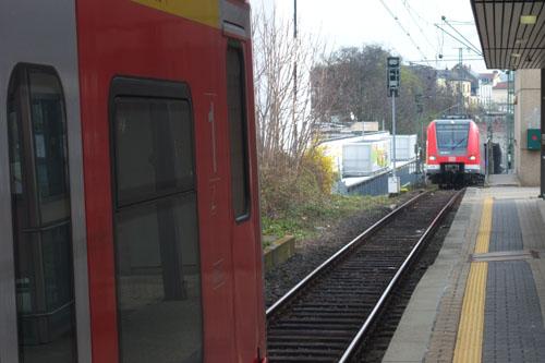 Im Vordergrund ist das Zugende eines S-Bahnzugs der Linie S6 zu sehen, im Hintergrund steht bereits ein auf Einfahrt wartender Zug der Linie S3