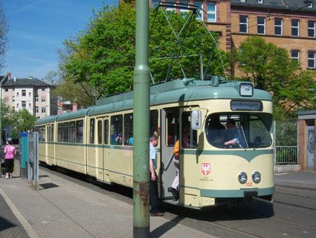 Achtachsiger Straßenbahnzug des Typs N in der Farbgebung elfenbein/grau an der Haltestelle Lokalbahnhof