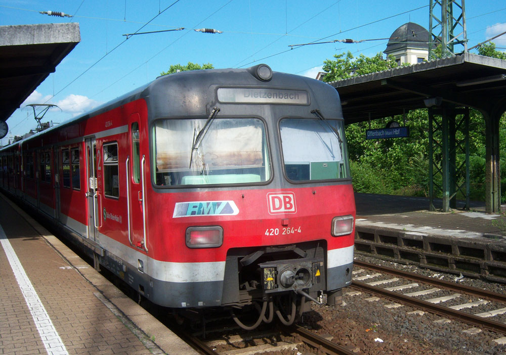 S-Bahnzug des Typ ET 420 am Bahnsteig des Offenbacher Hbf