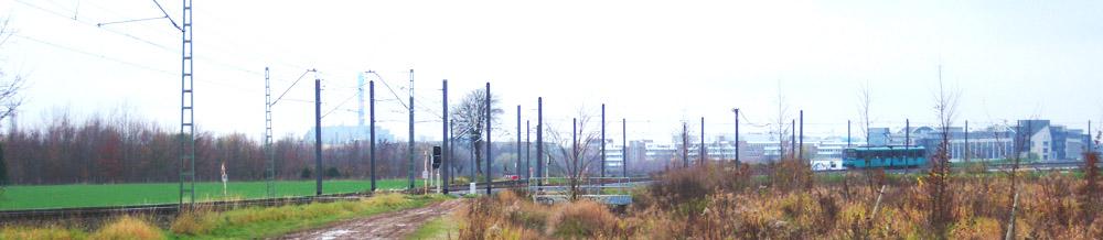 U-Bahnstrecke der Linie U2 in der Nähe der U-Bahnstation Kalbach mit Abzweig der Strecke zum Riedberg. Am rechten Rand ist ein Probewagen zu sehen, der in Richtung Riedberg unterwegs ist.