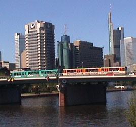 Straßenbahn-Doppeltraktion am 19.06.2005 auf der Friedensbrücke in Frankfurt (Foto: S.Kyrieleis)