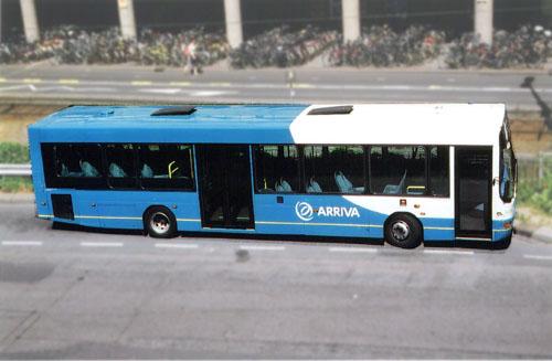 Moderner Stadtbus in blauer Lackierung mit oval geschwungener weisser Lackierung an der Front im holländichen Utrecht