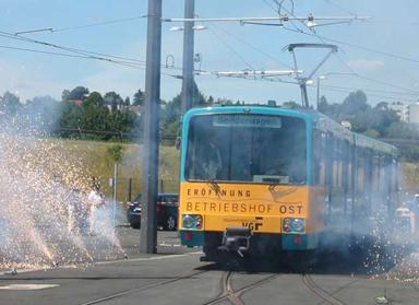 Eröffnungszug (U-Bahnwagen 471) mit Oberbürgermeisterin Roth fährt durch das Feuerwerk (Foto:Till Schäfer)