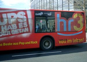 Großflächige Werbung für den Hessischen Rundfunk auf einem Frankfurter Stadtbus