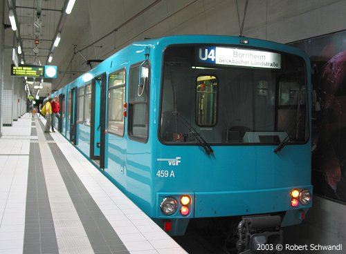 Außenansicht eines türkisblauen U-Bahnzug des Typs U3 auf der Linie U4 an der Station Bockenheimer Warte (Foto: R.Schwandl)