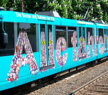 """VGF-Eigenwerbung auf U-Bahn mit Schriftzug """"Alle fahren mit"""" über die ganze Seitenfläche"""