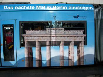 Bild des Brandenburger Tor über Fensterfläche einer Frankfurter Straßenbahn