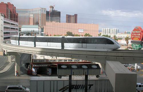 Monorail in Las Vegas vor der Kulisse von Hotel- und Parkhausbauten.