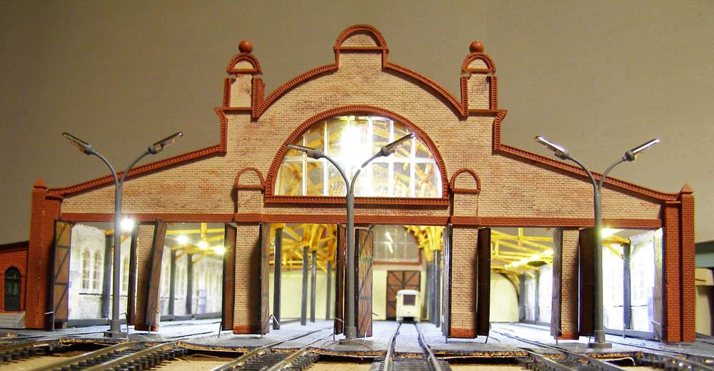 Frontansicht des Modells vom Bockenheimer Straßenbahndepot, das mit einem Rundbogen in der Mitte dem Umriss einer Basilika ähnelt.