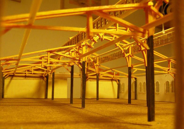 Innenansicht des Modells vom Bockenheimer Straßenbahndepot mit Holzkonstruktion für das Dach