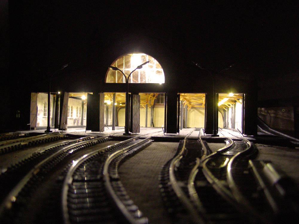 Nachtaufnahme mit innen beleuchteten Modelldepot