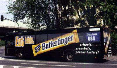 schwarzer Bus mit über die Fenster geklebter Werbung für einen Schokoriegel