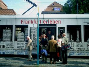 """Totalwerbung mit Slogan """"Frankfurt erleben"""" auf Frankfurter Straßenbahn"""