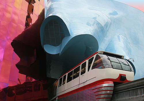 Gebäude des modernen geschwungenen Museumsbau des Musikmuseums in Seattle mit Durchfahrt für die Monorail