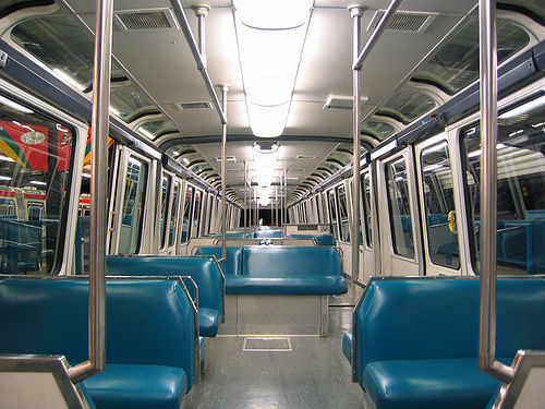 Innenansicht des blauen Monorail-Zuges in Seattle mit Dachrandverglasung und blauen Kunstlederpolstern.
