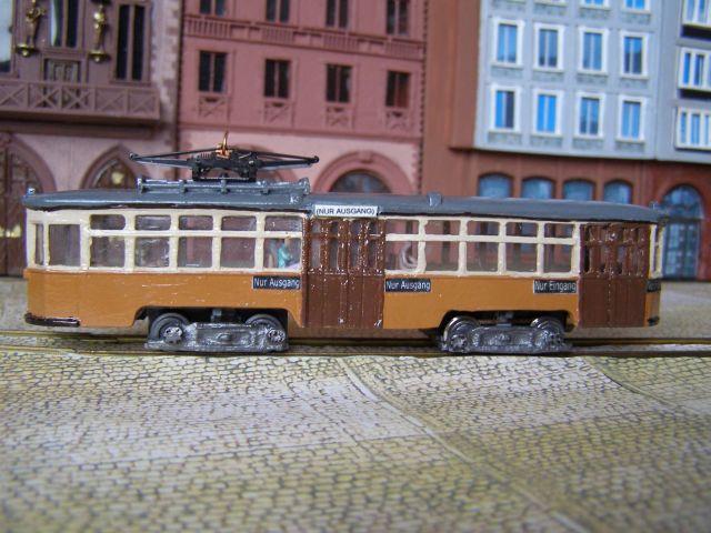 Modell eines Straßenbahnwagens aus Mailand der in Frankfurt einen Probeeinsatz hatte vor der Kulisse des Frankfurter Römers (Foto: E. Seyffahrt)