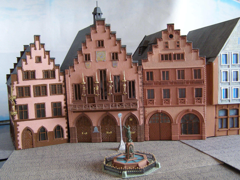 Frontansicht des Frankfurter Rathaus Römer als Modell mit dem Gerechtigkeitsbrunnen