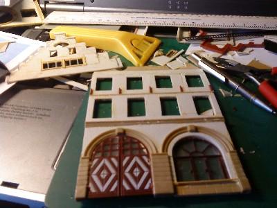 Blick auf den Basteltisch an dem gerade ein Teil des Gebäudemodells des Frankfurter Rathaus entsteht.