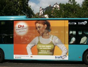 Plakat traffiQ Flirtkampagne aus dem Jahr 2007 über Fensterfläche eines Busses