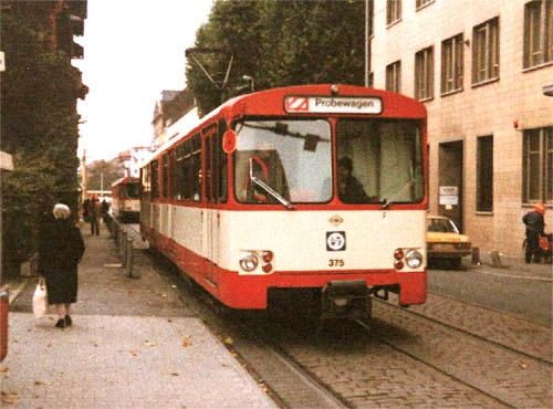 Stadtbahnwagen des Typ U2 in der ursprünglich für die Frankfurter Stadtbahn gebräuchlichen Farbgebung rot/weiss. Aufgenommen um 1980 in der Gräfstraße (Foto: S.Kyrieleis)