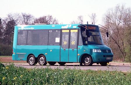 dreiachsiger Kleinbus auf VW-Bus-Basis mit einer Doppeltür