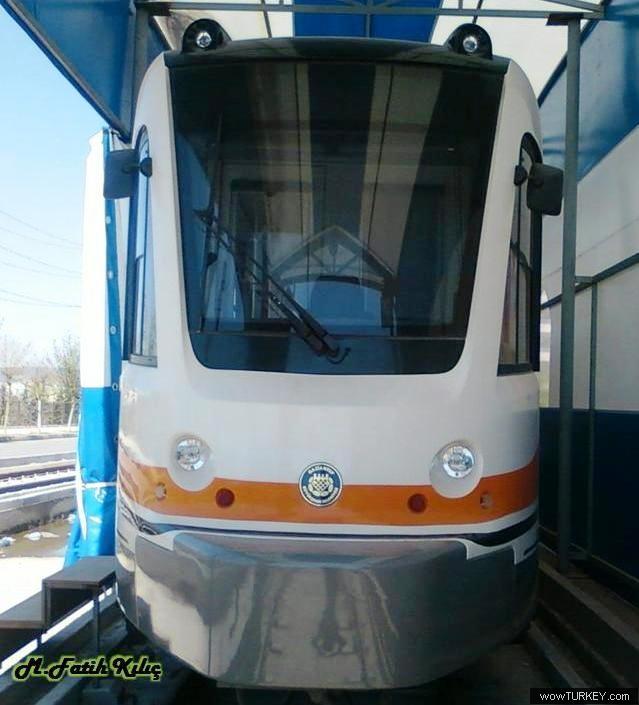 Neue abgerundete Front eines ehemaligen Frankfurter Stadtbahnwagens in der türkischen Stadt Gaziantep