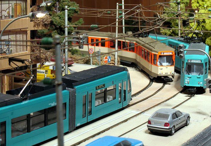 Modellstraßenbahnanlage: Im Vordergrund Niederflurbahn Typ R , dahinter zwei Pt-Wagen in alter (orange/hellefenbein) und neuer (türkisblauer) Farbgebung.