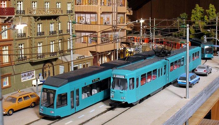 Zwei Modelle Frankfurter Straßenbahnwagen (Typ R und Pt) begegnen sich auf der Modellstraßenbahnanlage von Ingbert Neumeister)